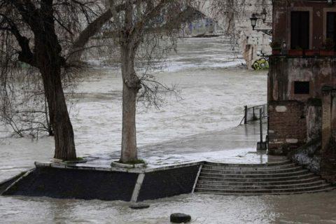 Roma, il terrore dell'inondazione lungo il Tevere ingrossato