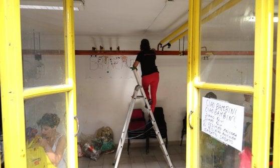 Scuola vandalizzata a Milano: grandi e piccoli volontari ripuliscono le classi