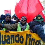 """Migranti in piazza a Roma per i diritti, slogan e striscioni: """"Non siamo criminali, siamo schiavi"""""""