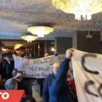 """Deputati Cinque Stelle contestati a Taranto: """"Mai promesso chiusura dell'Ilva"""""""