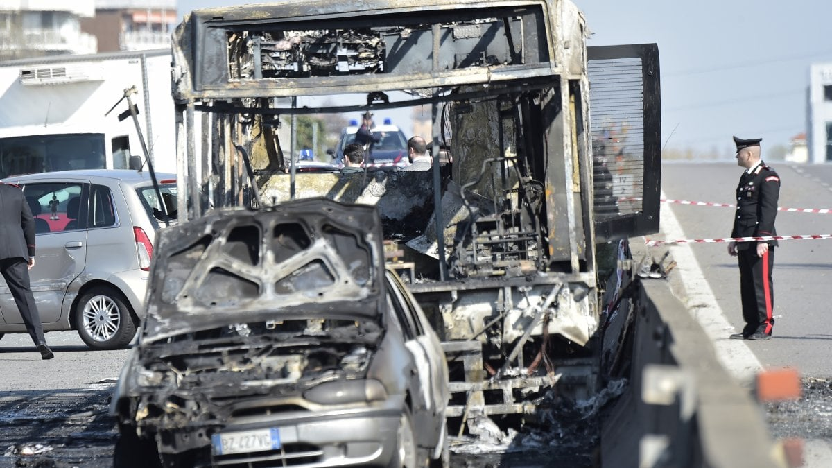 Dà fuoco allo scuolabus nel milanese, la Lega attacca ...