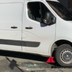 Roma, corriere picchiato a colpi di casco davanti a una scuola