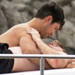 Roberto Bolle coccola il fidanzato Daniel Lee in barca: le foto
