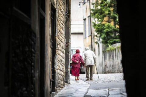 Vaccino Covid, funzionerà sugli anziani?
